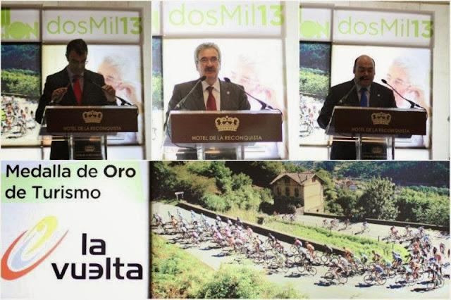 Javier Guillen, director general de UNIPUBLIC – Graciano Torre, consejero de industria y turismo de Asturias – Agustin Iglesias Caunedo, alcalde de Oviedo – Premios Santa Marta 2013 Medalla de Oro de Turismo a la Vuelta Ciclista Espana UNIPUBLIC