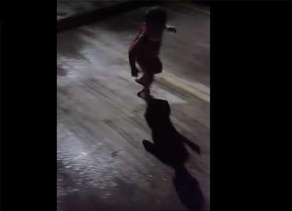 Niño siente terror de su propia sombra y trata de huir de ella
