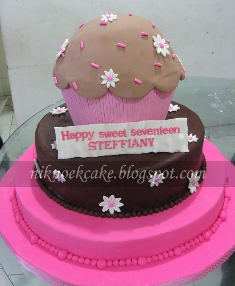 Giant Cupcake untuk ulang tahun ke 17. Modelnya sesuai contoh cuma ada ...