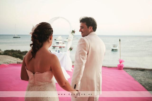 novio y novia se encuentran junto al mar