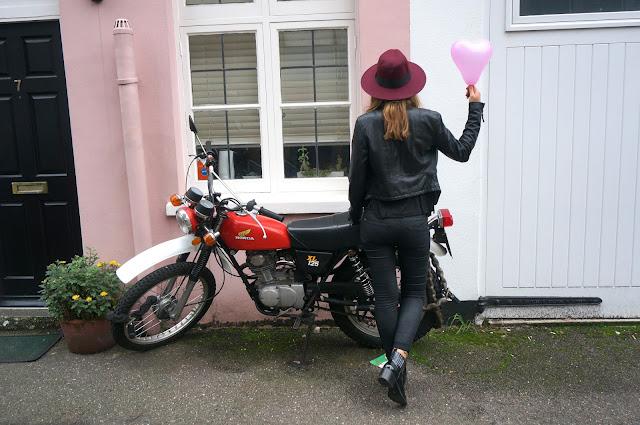 chloeschlothes-fedora devant moto