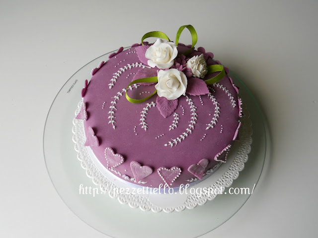torta in pasta di zucchero decorata con ghiaccia