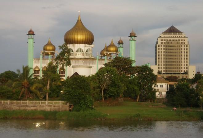 Masjid Lama Negeri Sarawak,Sungai Sarawak di latar depan dan gedung ...