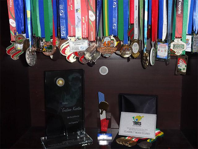 Mesa-tenista Felipe Formentin mostra sua coleção de medalhas e troféus. Foto: Arquivo pessoal