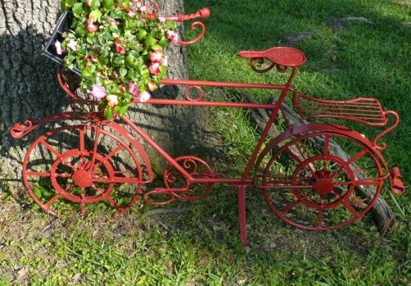Bicicletas vintage para decorar el jard n guia de jardin for Guardar bicicletas en el jardin