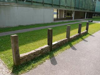 Aufbau einer Pfostenschlitzmauer beim kelten römer museum manching. Mit einer Pfostenschlitzmauer wurde der Wall des Oppidums Manching in einer späteren Ausbaustufe verblendet