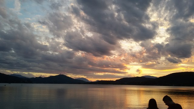 Un tramonto sul lago Woerther a Klagenfurt (Carinzia)
