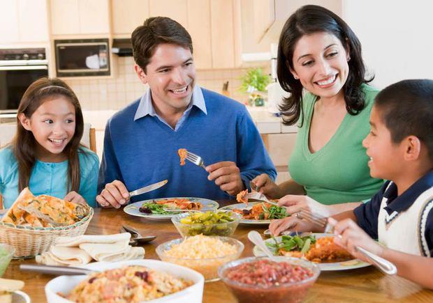 Resultado de imagem para refeição em familia com ruidos