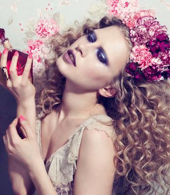 photographe beauté paris, woman holding perfume bottle, fragrance beauty images
