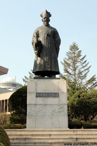 Estatua del erudito Teogye Yi Hwang, cerca de la Biblioteca de Namsan en Seúl