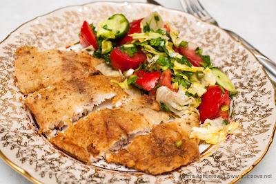жареное рыбное филе с летним салатом