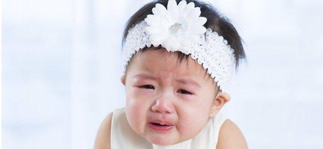 """Pense antes de colocar a faixa na cabeça da sua bebê! """"Bonitinha, mas Perigosa:"""