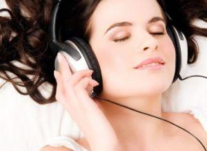 cewek, perempuan, artis sedang memakai headset sambil tidur - munsypedia