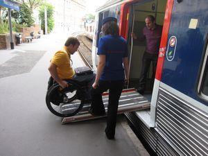 subiendo con silla de ruedas a un autobús de París