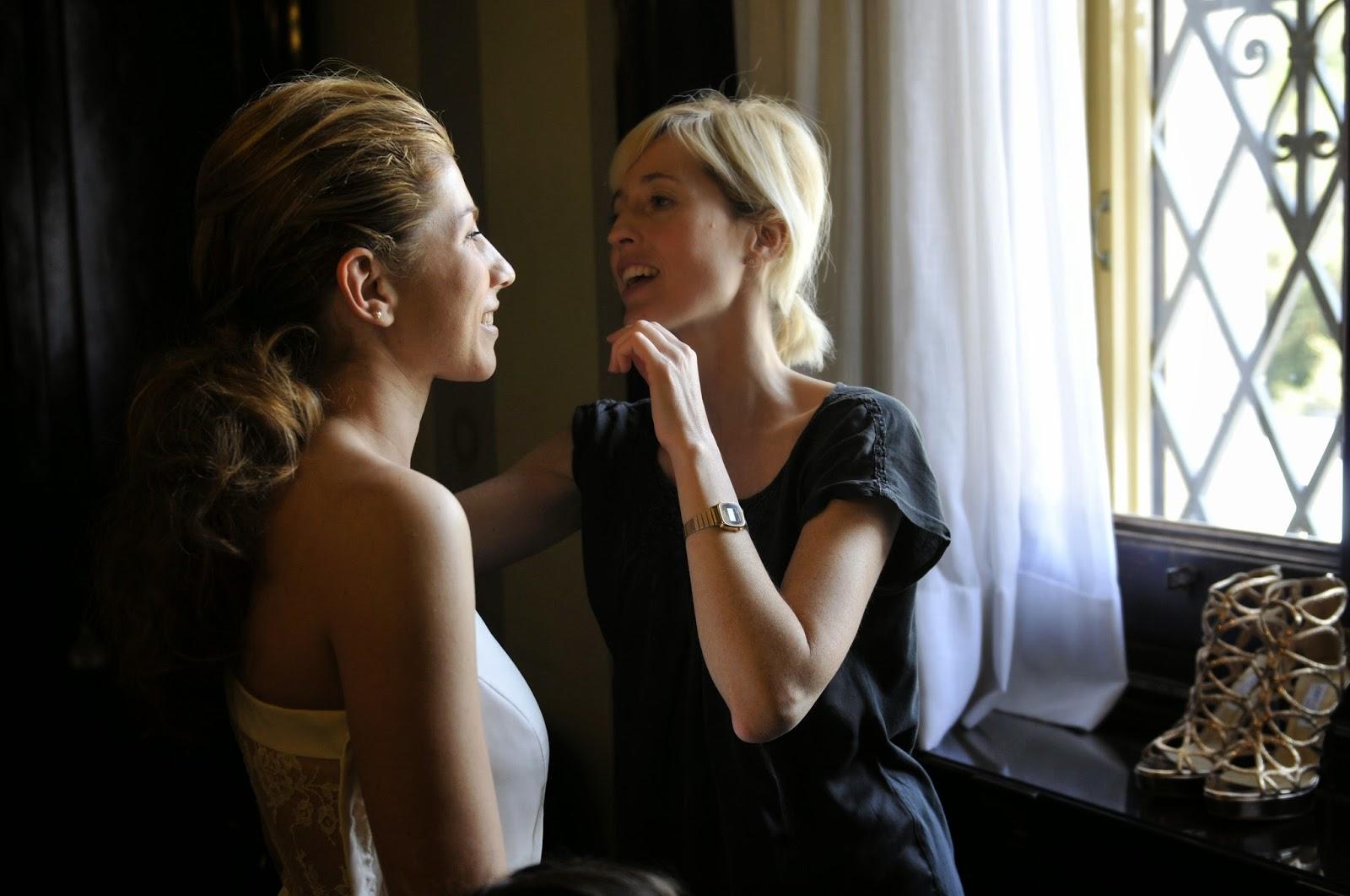 Agnés Sunyer ultimando los detalles del maquillaje de una novia el día del enlace