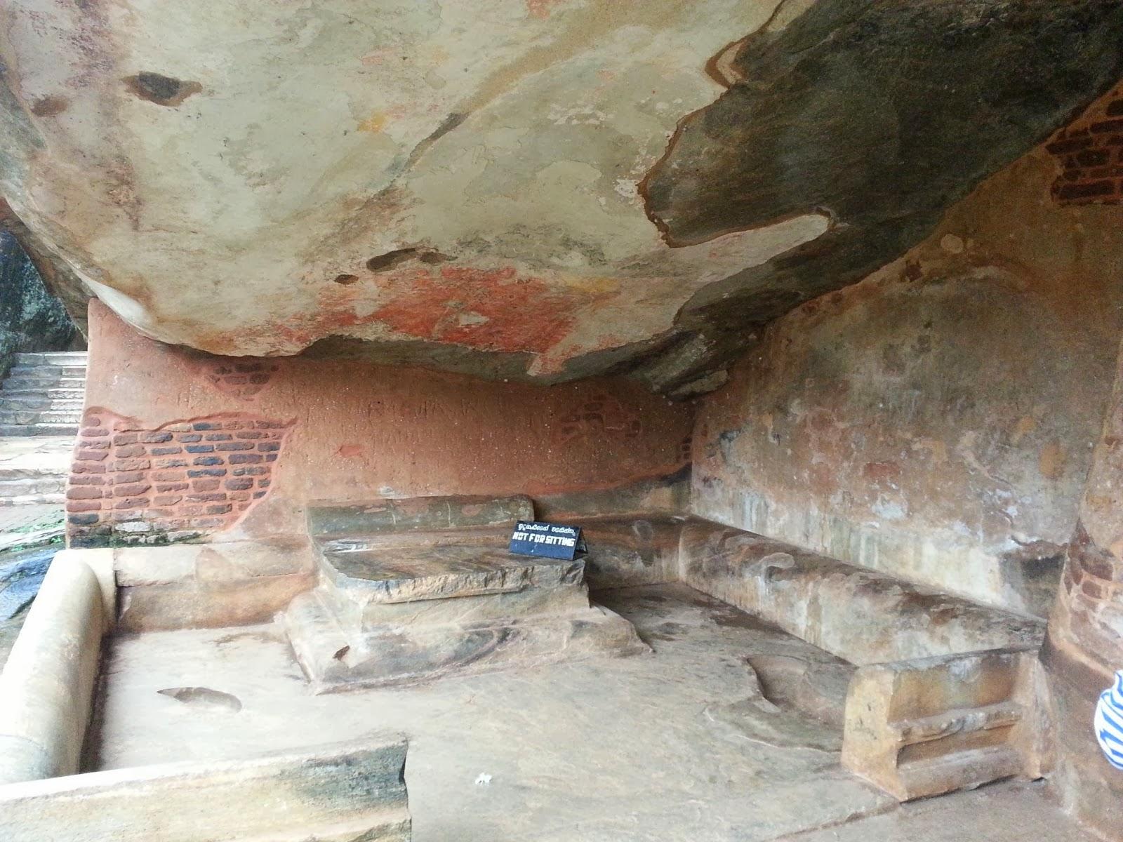 Комната медитаций короля, келья Касапы, Сигирия, Шри-Ланка, каменный трон, ниша, фрески на потолке