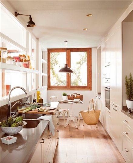 Decotips c mo ganar metros en la cocina y ubicar un for Cocinas estrechas con mesa