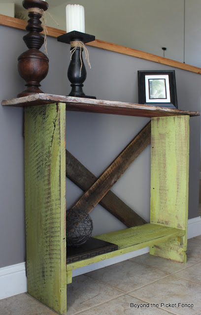 sofa table, narrow table, entryway, paint, reclaimed wood, barnwood, Beyond The Picket Fence, http://bec4-beyondthepicketfence.blogspot.com/2013/03/spring-green-sofa-table.html