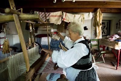 Lőrincz Zsuzsanna, hagyományok, Korond, kultúra, kézi szövés, mesterségek, népi mesterség, Székelyföld, szövőszék,