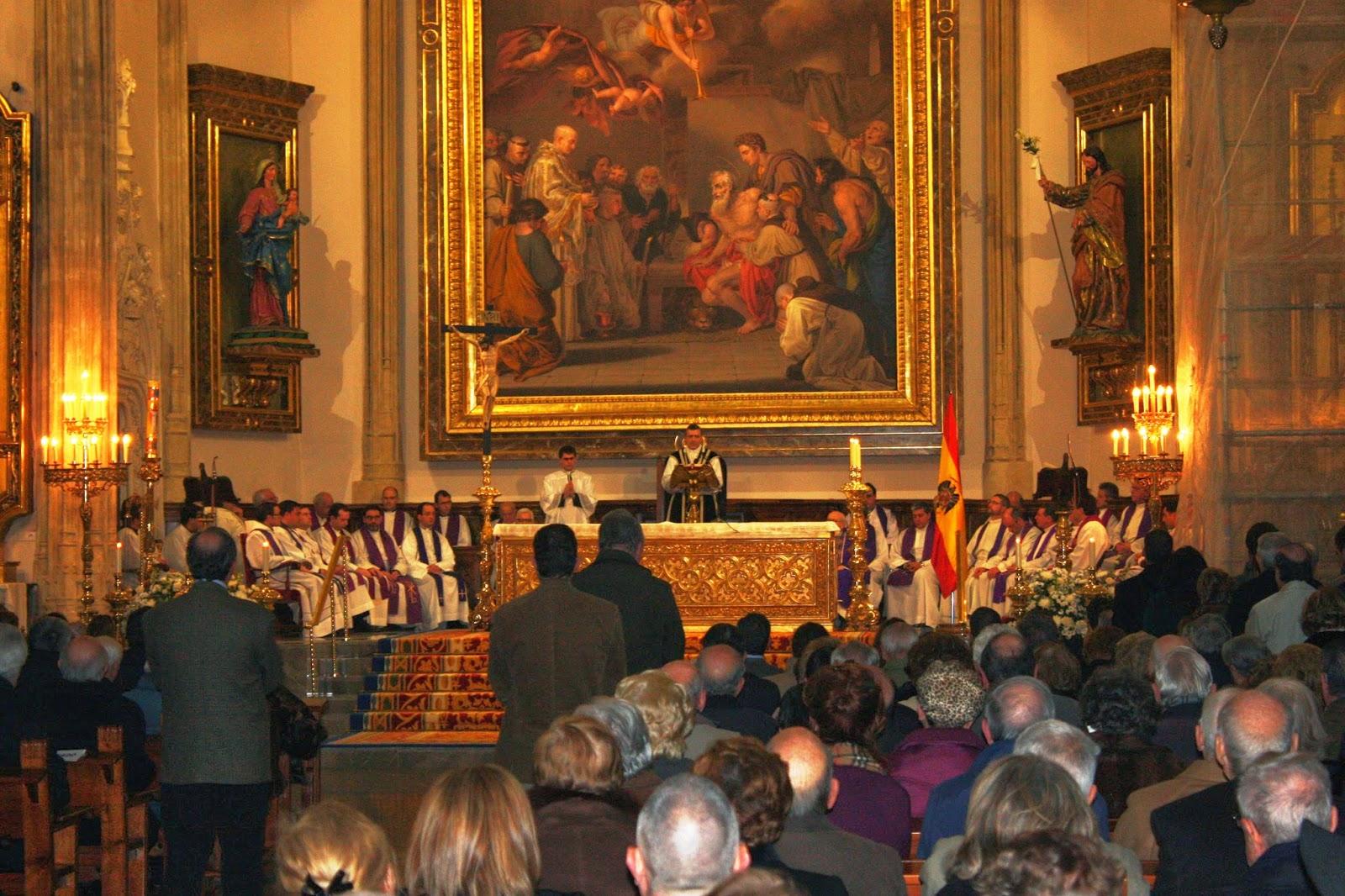 Imágenes del altar en el que se ofició el homenaje a Blas Piñar. AJE