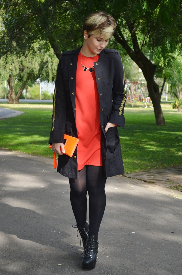 Look: vestido vermelho, casaco e Lita