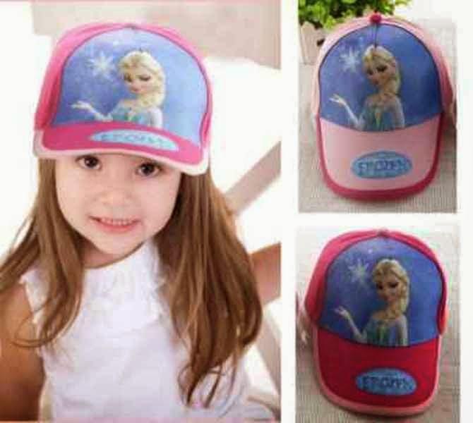 Anak perempuan memakai topi karakter frozen warna pink biru
