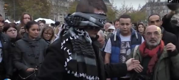 Video Pria Ini Membuat Warga Paris Terharu Karena Pasang Poster - Saya Muslim dan Saya Bukan Teroris