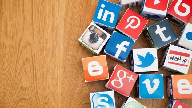 """El director general de Hootsuite da cinco consejos a los jóvenes para dominar el arte de las redes sociales en el trabajo Ellos son la generación que creció con Facebook. Algunos no conocen un mundo sin internet. Los detalles más privados de su vida han sido mostrados exhaustivamente en Instagram y obtienen sus noticias a través de Twitter, no la televisión. Pero cuando se trata del uso de redes sociales en el trabajo, los 'millennials', la generación que nació entre 1980 a 2000, están sorpresivamente, e incluso peligrosamente, poco preparados. """"Que alguien crezca siendo nativo en redes sociales, no lo"""