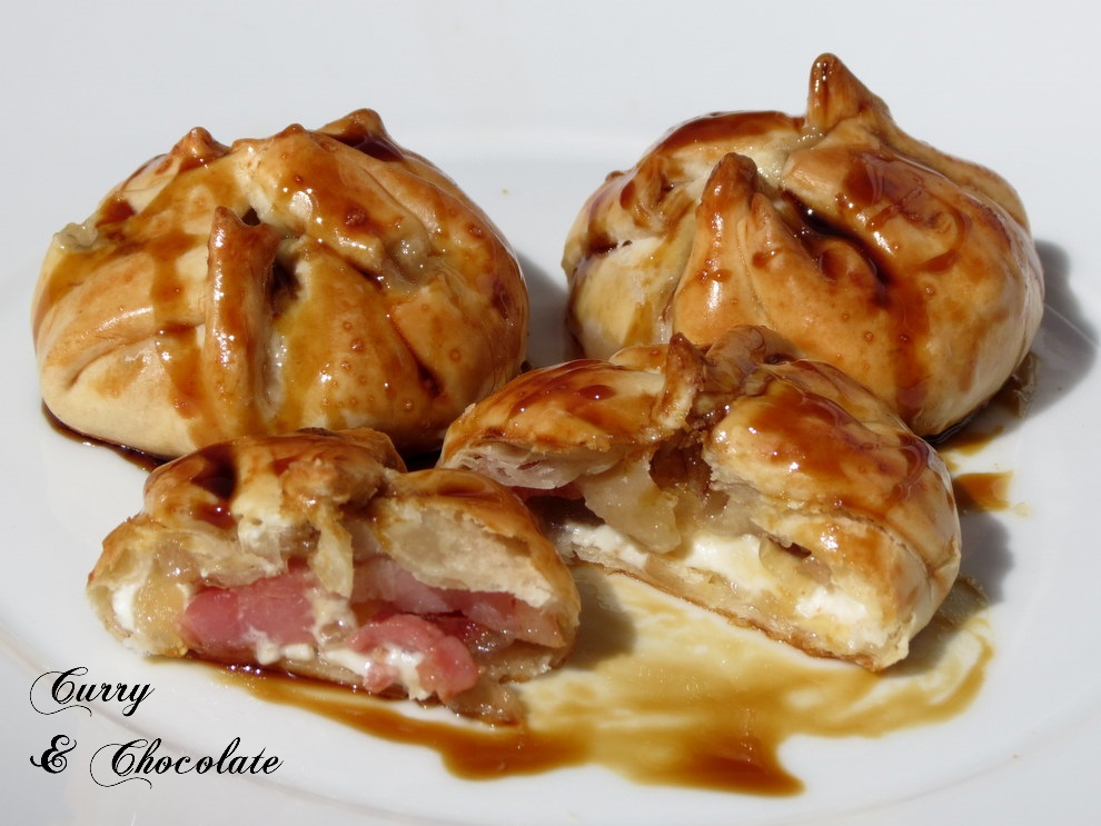 Saquitos de bacon con queso crema y cebolla confitada, regados con miel de caña