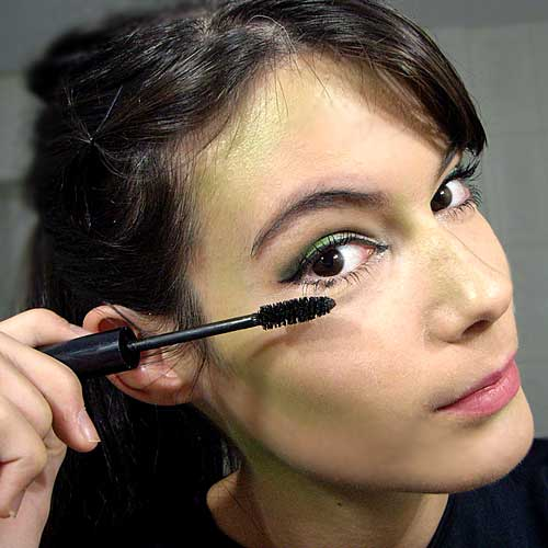 monika sanchez aplicando rimmel para maquillaje de bruja en halloween