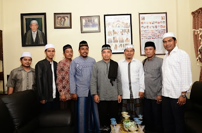 Foto bersama dengan pengurus di Dayah MUDI.