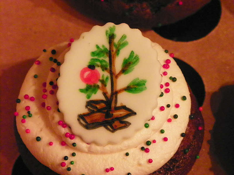 Plumeria Cake Studio: Peanuts and Snoopy Christmas Cupcakes
