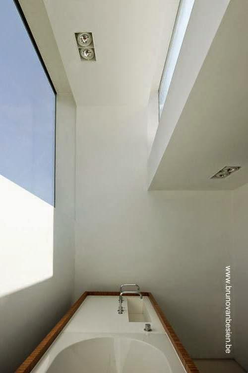 Baño en la planta superior de la moderna casa