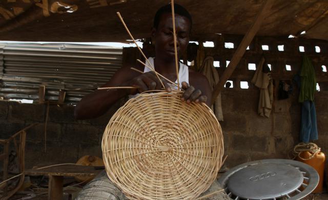 Ojo Obaniyi membuat penutup rim keretanya dari bahan anyaman rotan.