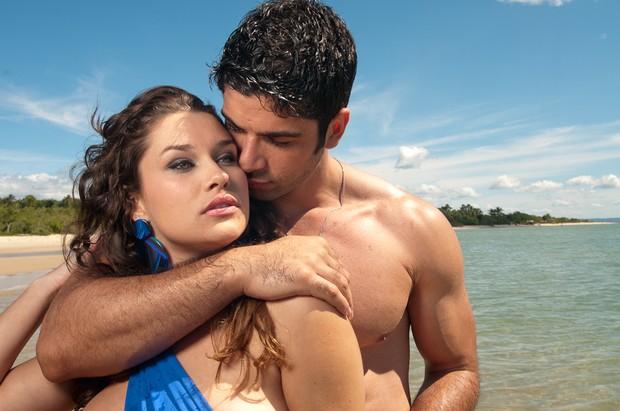 Kadu Parga abraça modelo em ensaio fotográfico