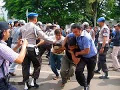 seorang aktivis sedang ditangkap karena melakukan anarkis