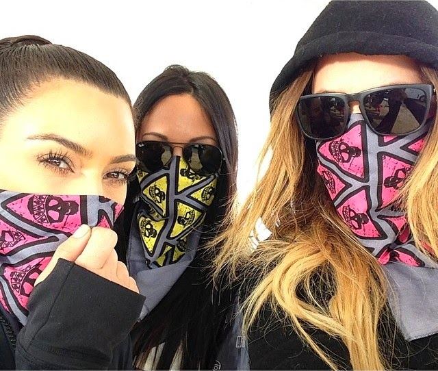 Kim y Khloe Kardashian se cubren la cara
