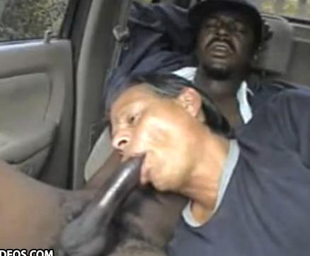 Viado chupa negão bigodudo no carro, que goza 2 vezes