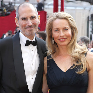 Steve jobs and Laurene Powell smiling