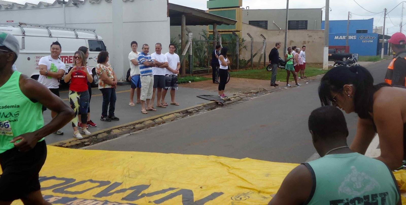 Foto 190 da 1ª Corrida Av. dos Coqueiros em Barretos-SP 14/04/2013 – Atletas cruzando a linha de chegada