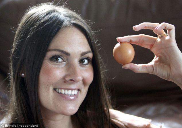 Cassie Greenhill menunjukkan telur ayam berbentuk bulat miliknya.