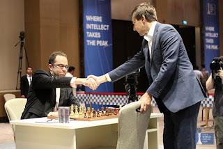 L'Ukrainien Pavel Ejanov marque le premier face au Russe Sergey Karjakin dans les départages de la demi-finale de la coupe du monde d'échecs - Photo © site officiel