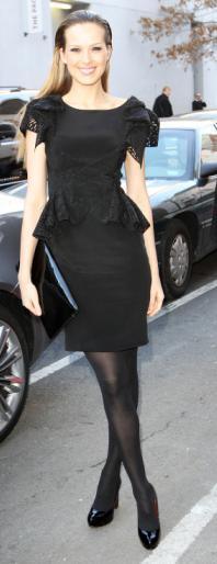 Petra Nemcova con vestido negro