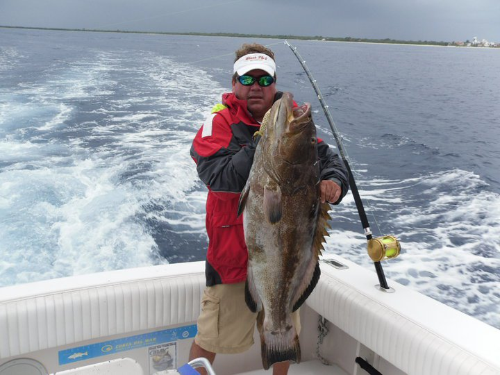 Fishing charter on Wellcraft 33 yacht Sightseeing and snorkel Cozumel Island