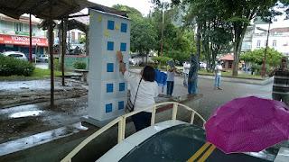 Encenação do viaduto da Ermitage que aguarda construção para liberação das moradias em Teresópolis