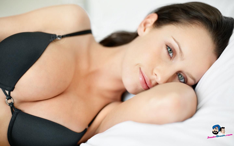 La muchacha con un pequeño pecho posa desnudo