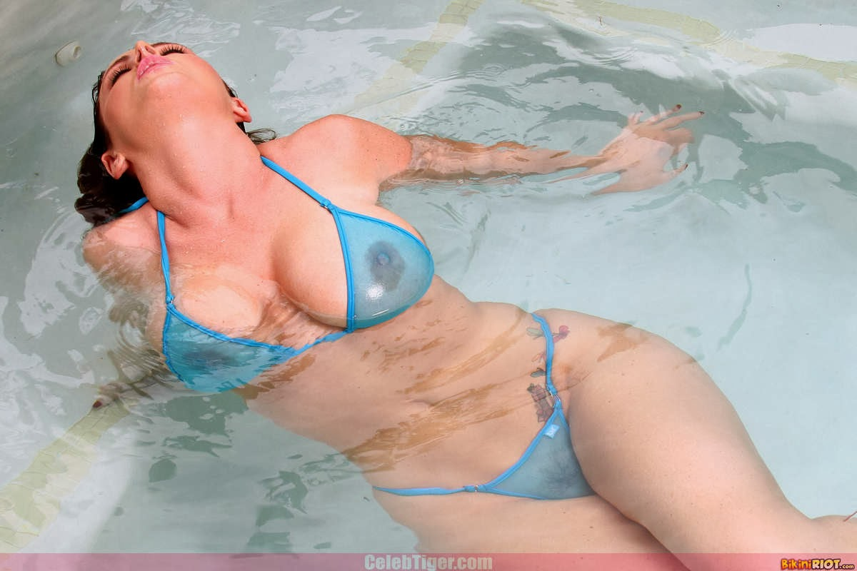 Busty+Babe+Sophie+Dee+Wet+In+Pool+Taking+Off+Her+Blue+Bikini+Posing+Naked www.CelebTiger.com 20 Busty Babe Sophie Dee Wet In Pool Taking Off Her Blue Bikini Posing Naked HQ Photos
