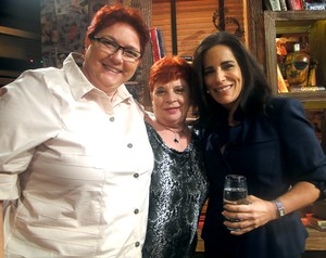 Gloria posa com casal convidado do programa (Foto: Na Moral / TV Globo)