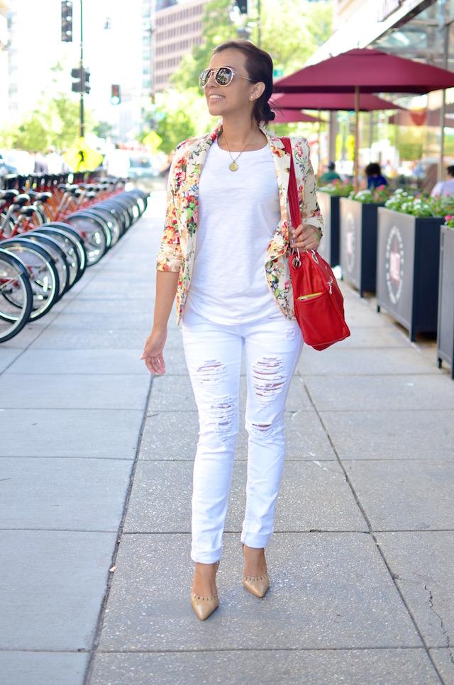 Blazer flores, pantalones blancos, cartera roja