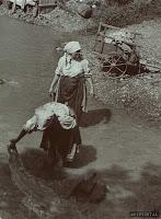 Mosás a patakban